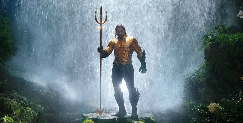 Jason-Momoa-in-the-classic-Aquaman-costume (1)