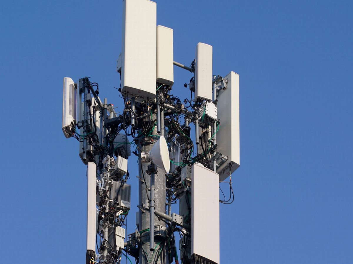 0_A-contract-crew-from-Verizon-installs-5G-equipment-on-a-tower-in-Orem.jpg